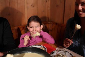 ninya-comiendo-fondue.jpg